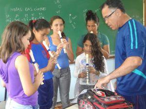 Professor Cléber com os alunos do projeto 'Doce Flauta em Minha Vida'