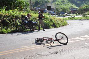 Ao fundo, o motociclista ficou desconsolado com a situação. Ele disse que fez de tudo para evitar o acidente