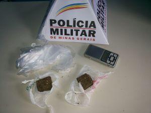 Droga e balança encontradas com o suspeito