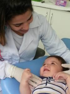 A criança tem que saber que o dentista é seu amigo, assim passa a confiar no profissional, esquecendo os seus medos