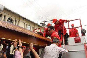 Caixão foi levado em carro aberto do Grupamento de Bombeiro Civil