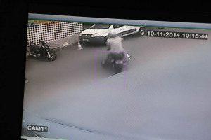 Comparsa aguardava em uma moto