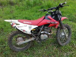 Moto foi encontrada em um matagal