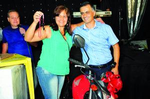 Presidente Silas entrega a chave da moto para Imaculada