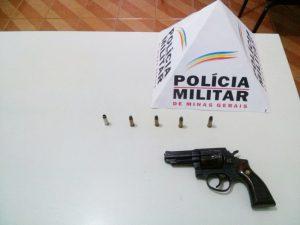 Revólver e munições encontrados no veículo