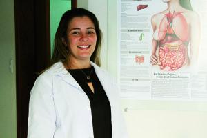 Dra. Anna Paula Moreira de Souza, fisioterapeuta e terapeuta craniosacral especialista na reabilitação da coluna vertebral. Ela atende na clínica Coluna Sem Dor Fisioterapia. Fones: (33) 3322-5985, (33) 8840-5985