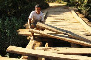 Morador tem receio de usar a ponte