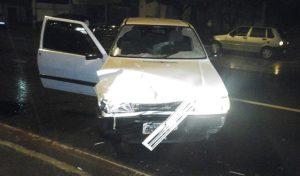 Um ocupante do automóvel ficou ferido (foto: Jornal Regional)