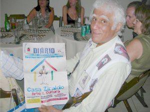 Ziraldo segura edição do DIÁRIO que deu destaque à casa que leva o seu nome (foto: Arquivo)