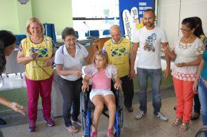 rraine, aluna da APAE, ganha cadeira de rodas