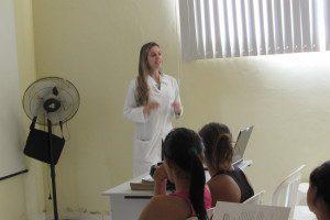 Doutora Fernanda Zata durante palestra para gestantes