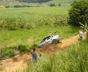 Carro saiu da estrada e capotou (foto: Unidade de Notícias)