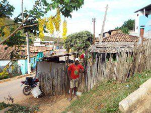 Rodrigo Mota, em frente à sua residência, no distrito de Patrocínio: poste na cozinha
