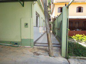 Na residência de Walber, poste no meio do caminho, entre a garagem e a porta da sala