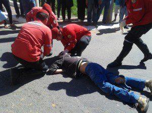 Motociclista sendo socorrido. Ele sofreu fratura na perna esquerda