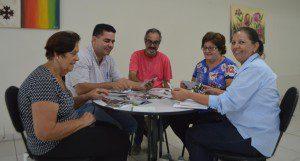 Cartunista Edra (ao centro) em reunião com representantes da Pastoral da Criança