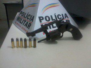 Arma encontrada no porta-luvas do carro