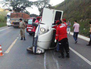 Bombeiros resgatam o motorista
