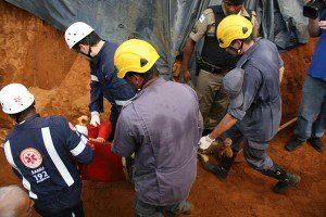 Corpo de trabalhador foi retirado a dois metros de profundidade (foto: Wesley Rodrigues/Diário do Aço)