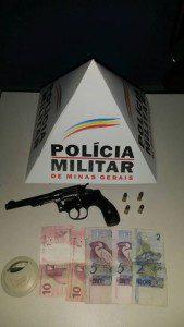 Revólver, munições e dinheiro encontrados com o suspeito