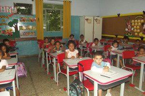 Carteiras vermelhas foram destinadas para alunos do 1º ao terceiro ano