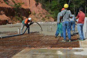 A obra se encontra na fase de concretagem de lajes
