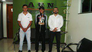 O atleta junto com representantes de uma das empresas que o patrocina