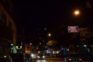 Uma jovem, que passa sempre pela Rua Coronel Pedro Martins, teme que a falta de luz facilite a ação de bandidos (Foto feita na noite do dia 24 de julho de 2015)
