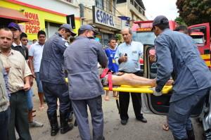 Dona Rita de Cássia é atendida pelos bombeiros. Dom Odilon saiu consciente do veículo, mas reclamava de fortes dores na região do tórax