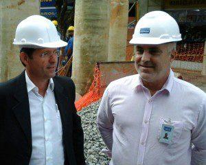 Prefeito Marco Antônio visita a obra. Ao lado o engenheiro Paulo de Tarso, gerente da Divisão de Expansão Leste da Copasa
