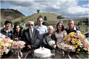 Casal junto de alguns de seus muitos familiares