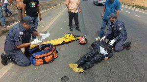 Bombeiros socorrem a vítima