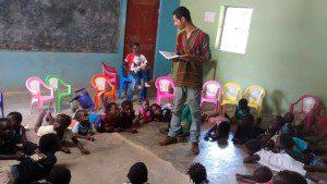 Crianças atentas ouvindo a evangelização feita por Felipe