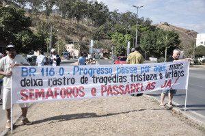 Com faixas, moradores relembram tragédias na BR-116