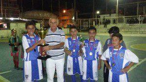 Vereador Vicente Medina faz entrega do troféu e das medalhas para o time do Chelsea
