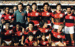 Flamengo campeão de 1983 time da final:  Bigu, Raul, Mozer, Marinho, Leandro e Júnior; Agachados: Élder, Adílio, Baltazar, Zico e Júlio Cesar. Carlos Alberto Torres era o técnico.