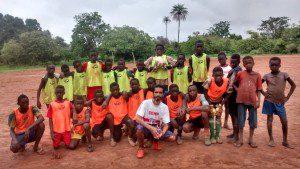 Felipe joga futebol com crianças de uma aldeia na região de Bissau (foto: Arquivo Pessoal)