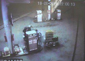 Momento em que os bandidos fogem do posto de combustíveis