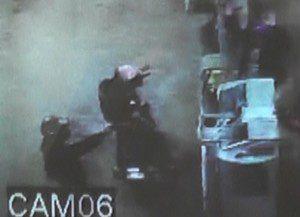 Um dos marginais chega a apontar a arma para o frentista