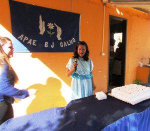 Aluna usa o microfone durante inauguração