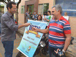 Joaquim Neto Boy recebendo a chave da moto