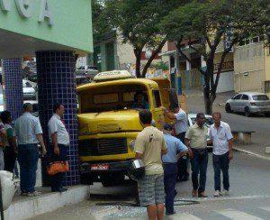 Pilastra foi atingida pelo caminhão