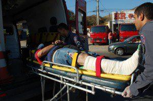 Vítima teve fratura exposta na perna direita