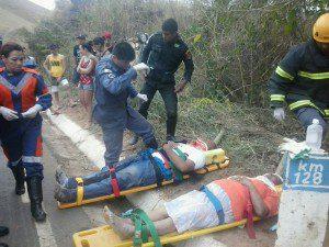 Vítimas sendo socorridas pelos bombeiros