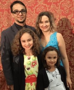 Pastor Júnior, a esposa Lucinha e as filhas Letícia e Thaís