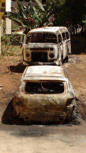 Carros incendiados em Piedade de Caratinga (foto: Portal Caparaó)