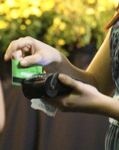 Pessoa ofertando pelo cartão de crédito. Esta imagem foi feita em um evento religioso ocorrido em Caratinga
