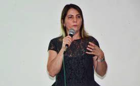 Leila expõe o projeto aos rotarianos