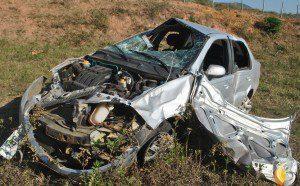 Carro teve a parte dianteira toda destruída (foto: Geraldo Fotógrafo/Ipanews)
