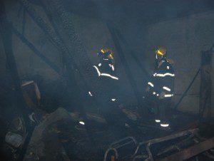 Bombeiros fazem o trabalho de rescaldo (foto: Geraldo Fotógrafo/Ipanews)